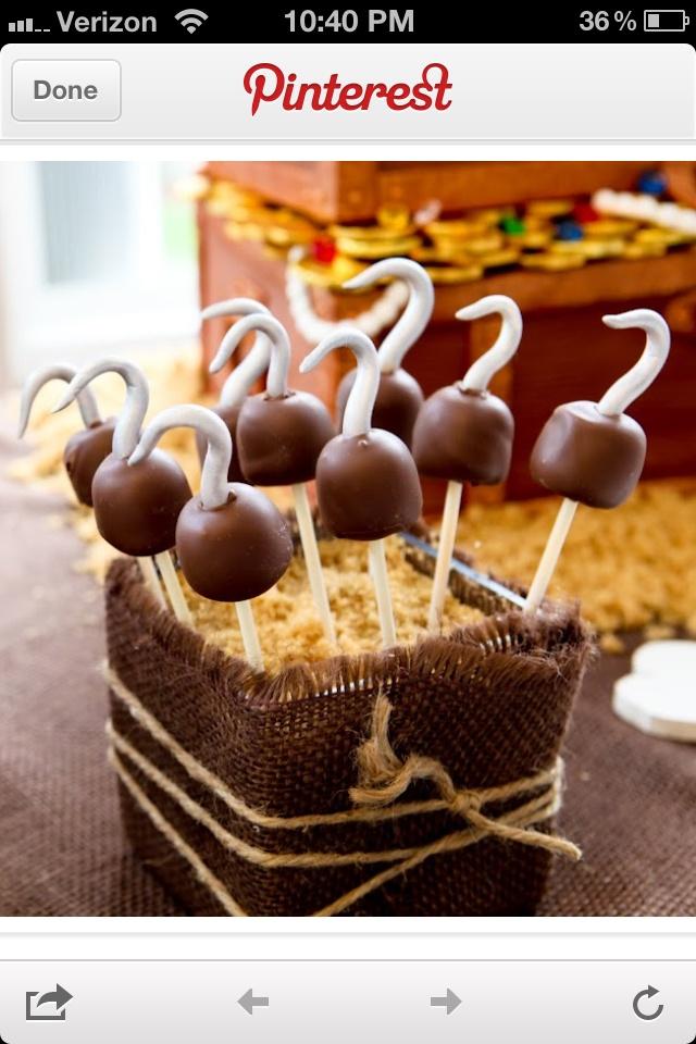 Piraten cake pops. Negerzoenen op een stokje met een haak gemaakt van marsepein