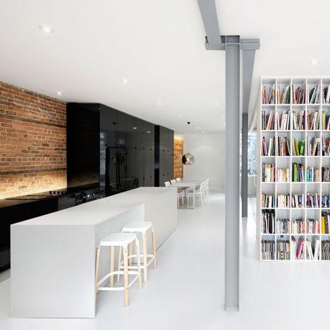 Tänkom > bokhylla på väggen mot köket, hela väggen? DEZEEN: Espace St-Denis by Anne Sophie Goneau