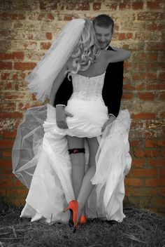 Funny wedding pictures... ooooo show off your fancy... shoes.