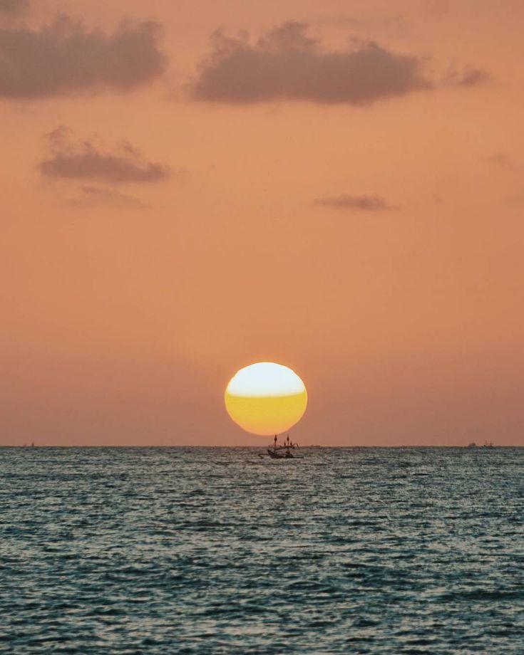 Bulan bulan gini sunset di Bali emang selalu bisa bikin senang hati  . Misalnya kayak sunset di Pantai Tegalwangi ini. Sedari dulu pantai ini memang tempat favorit saya untuk berburu foto sunset . Dulu pantai ini masih sepi tapi sekarang pantai ini termasuk salah satu pantai hits di kalangan fotografer prewedding di Bali  . . . . #indonesiabanget #CatperkuInBali #PesonaIndonesia #PesonaBali #wonderfulindonesia #instameetindonesia #lingkarindonesia #viewindonesia #parapejalan…