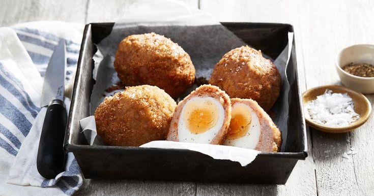 Skottska ägg är ett kokt ägg som är inbakat i köttfärs och frasig panering. En brittisk klassiker som sägs ha anor ända från 1700-talet, idag serveras de ofta på picknick eller på puben i Storbritannien.