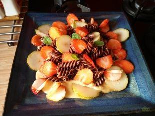 Makaron czekoladowy z owocami