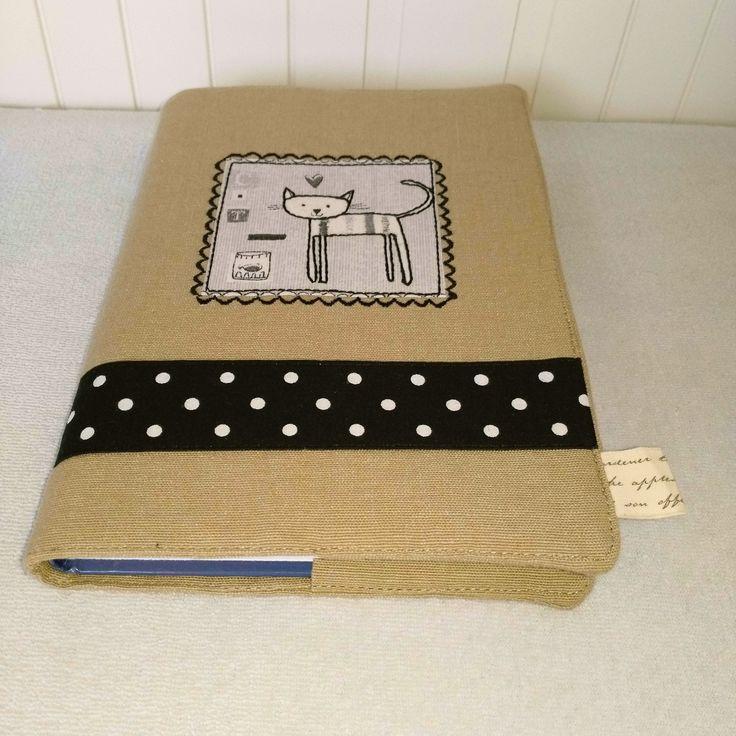 Originální+textilní+obal+na+knihu+Originální+textilní+obal+na+knihu+velikost:max.+rozměr+knihy+21,5+cmx+15+cm+(+běžná+velikost+střední+až+menší+knížky)+do+obalu+se+díky+širokým+záložkám+hodí+knihy+i+menších+rozměrů,+spolehlivě+knihu+ochrání+před+mechanickým+poškozením+a+uchováte+jí+v+soukromí+předzraky+všech+zvědavců+:-)+Obal+je+vyztužen...