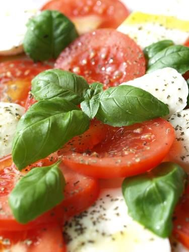 If you are serving pasta, we suggest as a side dish a caprese salad. Is light and easy to prepare. visit: http://losaltosfoods.com/