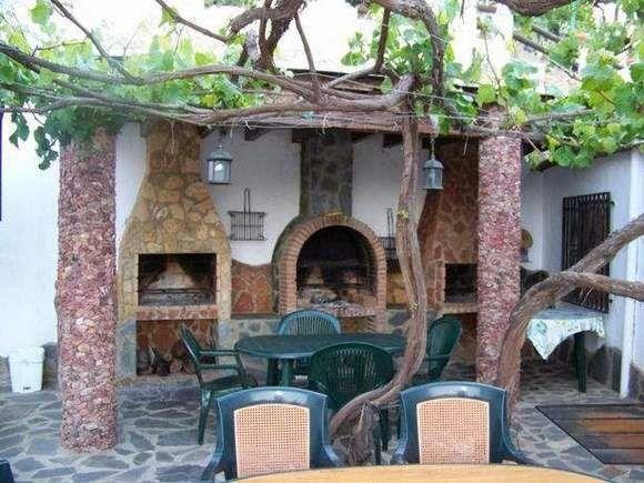 """ALPUJARRA DE LA SIERRA, Granada.-  Apartamentos rurales """"Los Macabes"""". Son nueve apartamentos de dos, cuatro y seis plazas. Disponen de salón, cocina, baño con jacuzzi o hidromasaje y terraza con excelentes vistas a la sierra. Todos tienen preciosas vistas panorámicas y acceso a las zonas comunes de piscinas, zona barbacoa y museo (gratuito) de usos y costumbres de la Alpujarra. Se encuentran situados en zona urbana, en el corazón de la Alpujarra y a una hora de la playa."""