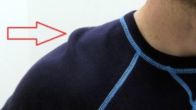 Quand on accroche un pull à un cintre, ça a tendance à étirer les fibres du pull. Résultat, à chaque fois que vous rangez un pull dans votre placard, il se déforme de plus en plus. Solution :