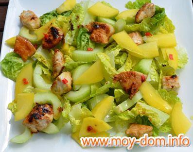 Салат с манго и крабовыми