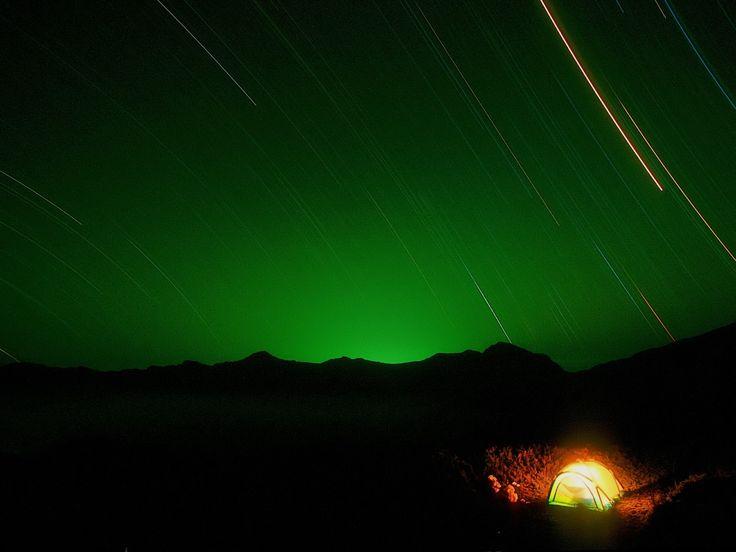 Любоваться звездным небом, прислушаться к тишине природы , наблюдая за луной и петь песни под гитару у костра — палаточный отдых, определённо, очаровывает. Ну а для полного уюта и комфорта, мы подберем вам самую классную палатку