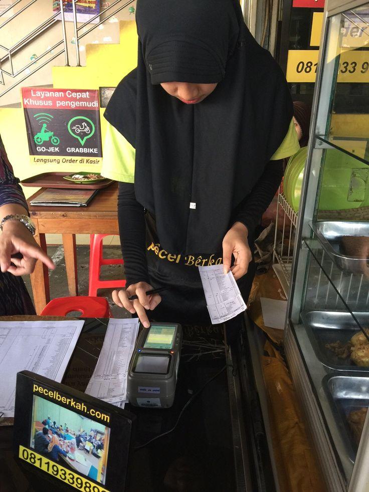 Kasir Pecel Berkah Jl. Buaran  Raya melakukan transaksi dengan alat e-POS