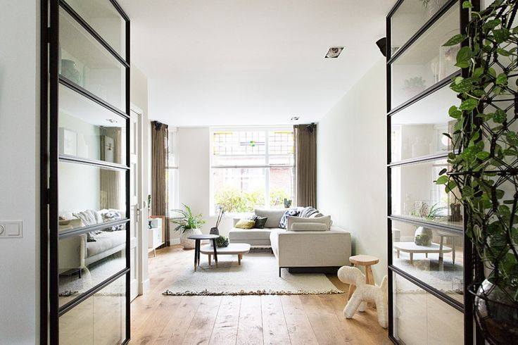 Metamorfose jaren-30 huis in Eindhoven door Hal2. Complete renovatie tot een moderne woning die weer helemaal up-to-date is en het stijlvolle karakter van de jaren 30 heeft behouden