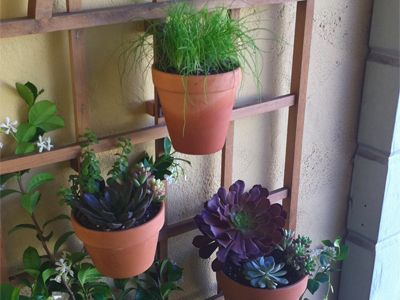 Great way to hang pots: Plants Can, Gardens Ideas, Pots Hangers, Apartment Style, Flowers Pots, Herbs Gardens, Patio Trellis, Hanging Pots, Patio Plants