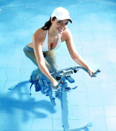 L'aquabiking permet d'affiner et de tonifier son corps, d'éliminer la cellulite, ... accessible à tous, découvrez la pratique du vélo dans l'eau.