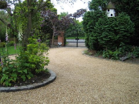 Stabilised gravel driveway with stone sett edgings
