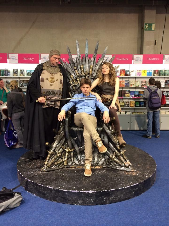 """De Ijzeren Troon is het symbool van macht in Westeros. De troon is gemaakt uit """"duizenden"""" zwaarden van de vijanden van Aegon Targaryen. In het boek wordt meermaals vermeld hoe oncomfortabel de troon niet zit, ik vind hem toch vrij leuk. De man links van mij moet volgens mij Sandor Clegane voorstellen, een voormalig lid uit de koningsgarde en ook bekend als de Jachthond en de lieftallige dame rechts van me moet volgens mij Daenerys Targaryen zijn als een Dothraki."""