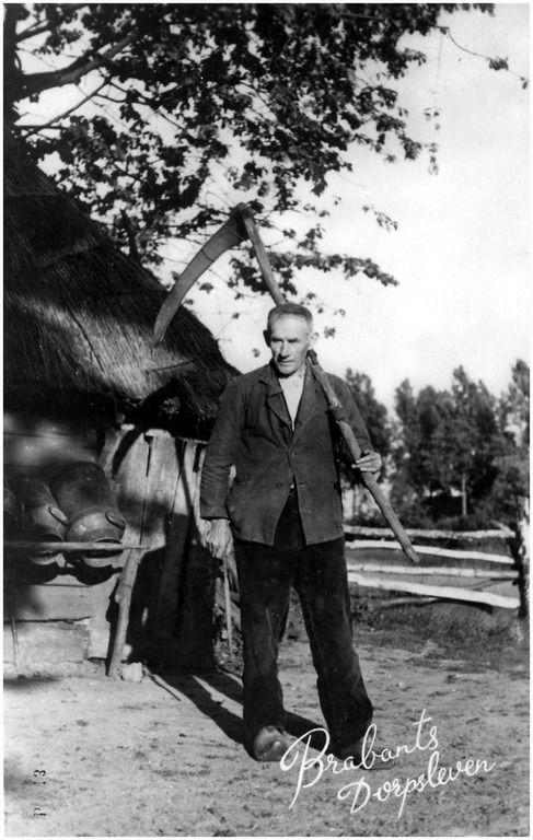Boer Toon van de Loo op Aarle, met zeis. Links van hem een schuur met druiprek voor melkbussen DCR (uitgever); -1934
