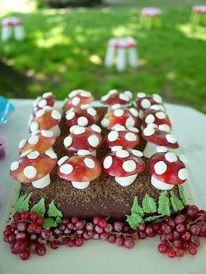 appelschijfje (bestrijken met citroensap of glazuur tegen verkleuren) op marshmellow prikken. Eventueel stippen van mini-marshmellows erop plakken. Presenteren in chocoladecake.
