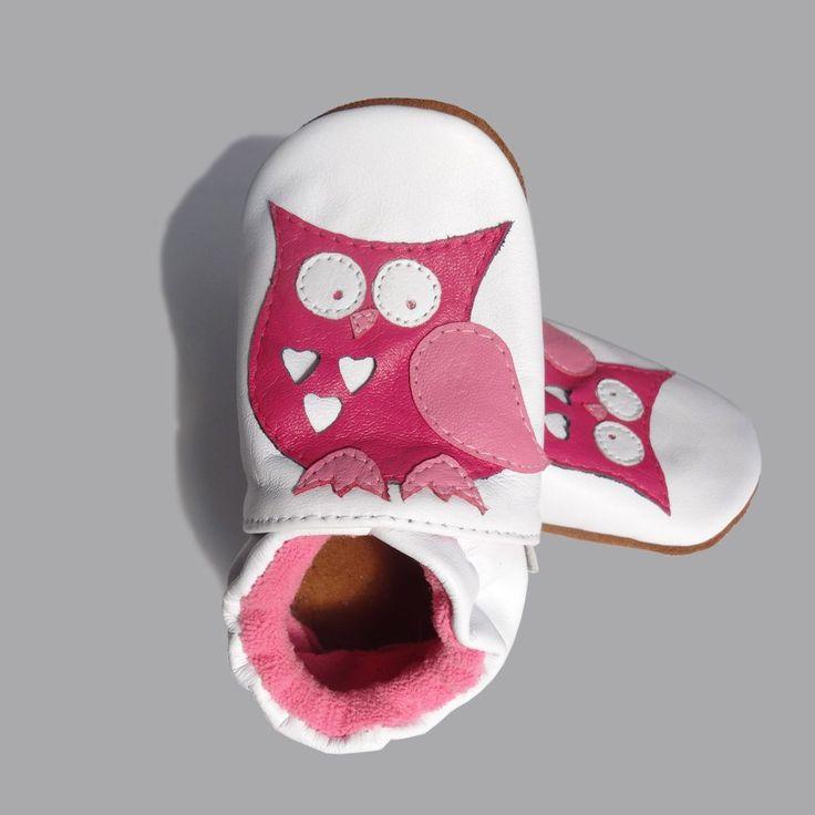 Zapato de suela blanda en cuero para niña. Diseño Buho rosado.