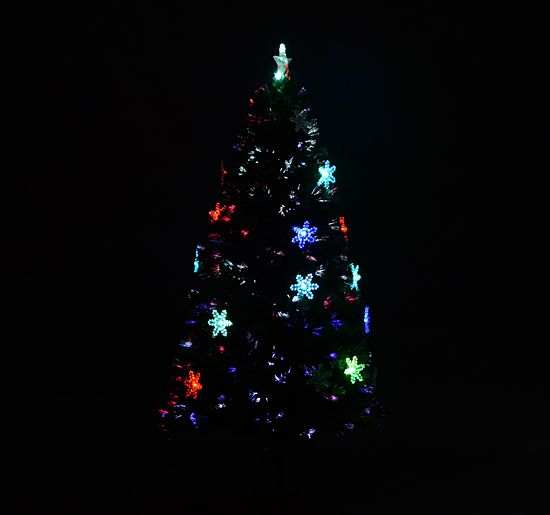 Bringen Sie ein wenig Schwung in Ihre Adventszeit. Mit unserem rotierenden Weihnachtsbaum sind interessierte Blicke garantiert. Der künstliche Christbaum leuchtet atmosphärisch und ist zusätzlich mit transparenten Schneeflocken geschmückt. So lässt er sich nach dem Auspacken direkt aufstellen.