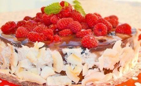 Die Kokos-Torte mit frischen Beeren ist ein feines Rezept für spätsommerliche Kaffee- oder Teestunden. Konzipiert wurde es von Elfe Grunwald, Gourmetköchin für vegane und vegetarische Spezialitäten. Der Boden ist aus Nüssen und Kokosmehl zubereitet und damit glutenfrei. Die Füllung besteht aus einer erfrischenden Kokos-Beeren-Creme und erfüllt – übergossen mit fruchtigem Himbeerguss – ausnahmslos alle Tortensehnsüchte. Die Torte ist frei von tierischen Bestandteilen und somit rein vegan.