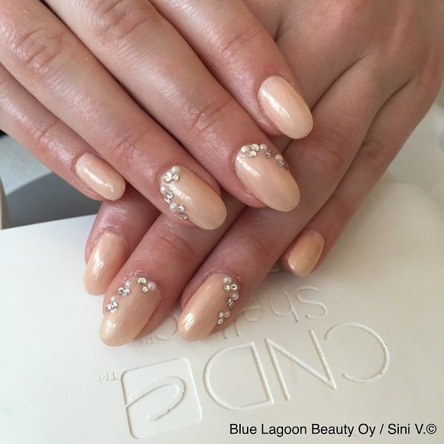 #weddingnails #nails #nailstagram #instanails #gelnails #cnd #cndhelsinki #cndsuomi #dandelion #shellac #summernails #kynnet #rakennekynnet #geelikynnet #geelilakka #bluelagoonkynnet #bluelagoon #kamppi #helsinki