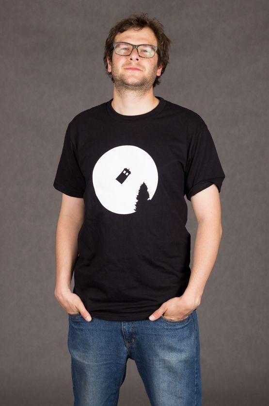 T-shirt TARDIS Dit rechte model T-shirt voor mannen is gemaakt van voorgekrompen ringgesponnen katoen en heeft opdruk van de TARDIS. TARDIS is een tijdmachine en ruimteschip uit de Britse sci-fi serie Doctor Who. En is een afkorting voor Time And Relative Dimension In Space. De hoge kwaliteit en goede verwerking zijn zichtbaar in de dubbele naden aan de mouwen en de zoom en de tweevoudig gelegde kraag in 1X1 ripp.