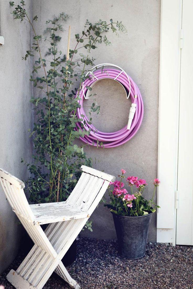 Support Mural pour Tuyau d'Arrosage Blanc avec Tuyau d'Arrosage Rose (vendu séparément) Garden Glory Jardinchic