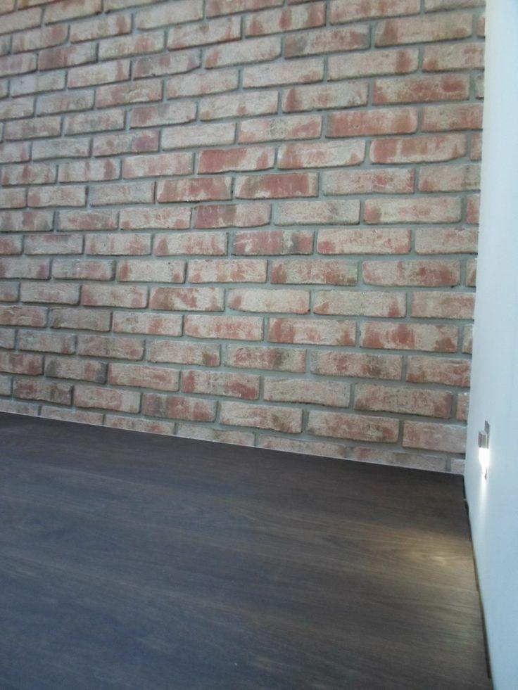 Ciemna podłoga + surowa ściana z cegieł. Czy może być bardziej klimatyczne połączenie?