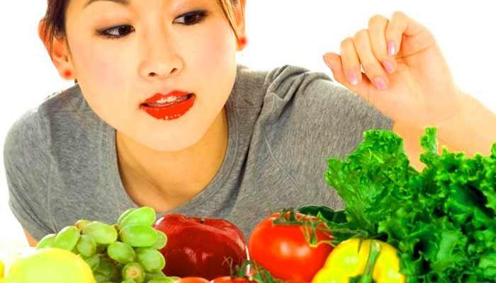 mujer eligiendo alimentos para la dieta del hipotiroidismo