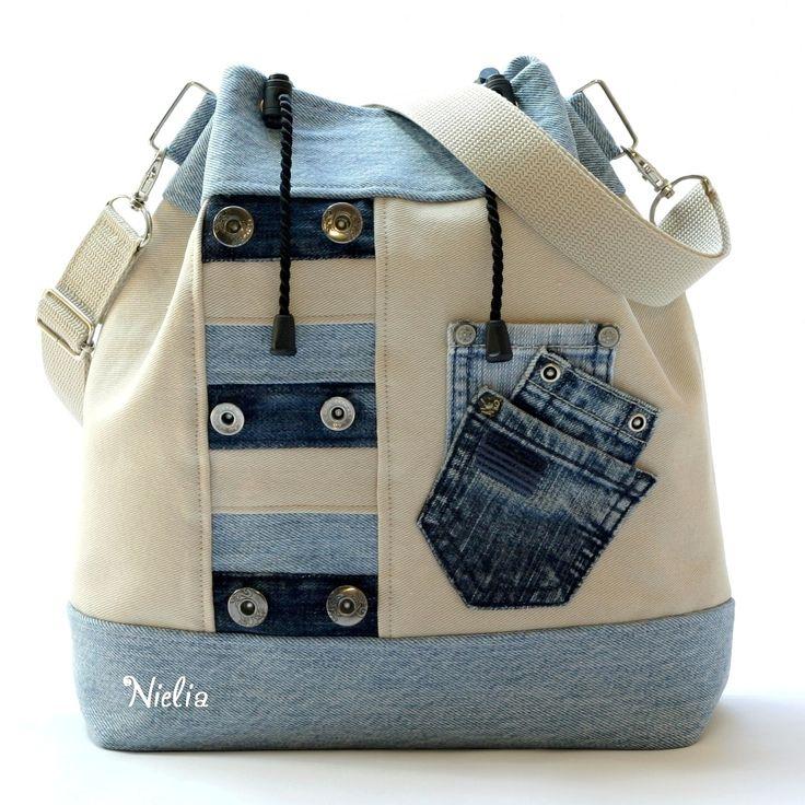 """S """"džínou"""" na výlet do pouště POUZE JEDEN KUS, JEDEN ORIGINÁL. Kabelka je vyrobena z recy světle modré džínoviny a k ní je přidána barva přírodní či písková či bílá káva. Přední stranu zdobí panel z pruhů modré a přírodní džínoviny, z nichž některé mají původní knoflíčky. Na přírodní barvě se pak hezky vyjímají tři modré minikapsičky. Zadní ..."""