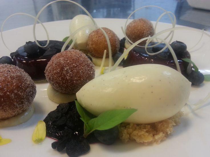 Glaserad blåbärsbavaroise med minidonuts, vaniljkräm, vita chokladdekorationer, drömsmulor och vaniljglass