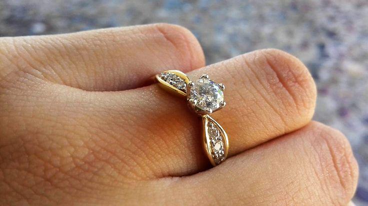 Anillo de compromiso oro amarillo de 14 kilates con un diamante central de 0.45 ctw con claridad VS1 / VS2 más 0.12 ctw de diamantes en la banda color E su peso total de esta pieza es de 2.5 gramos   Precio normal $49.950/ ahora $ 35,964  *Disponible de talla 4 a 10. *Garantía de por vida *Certificado de autenticidad *Diamante incluido *Incluye caja y empaque de nuestra marca *Envíos 100% asegurados