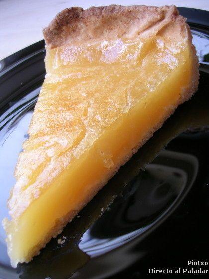 El crujiente por su masa quebrada dulce y el gusto ácido pero controlado por el azúcar hacen de esta receta de tarta de limón un postre ideal pa...
