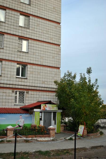 Вернувшись в Новосибирск, мы решили экономить и сняли офис в подвале, тогда мы еще не знали, что это называется bootstrap. Снимали напополам с фитнес-клубом и гордо говорили всем, что у нас в офисе спортивный зал.