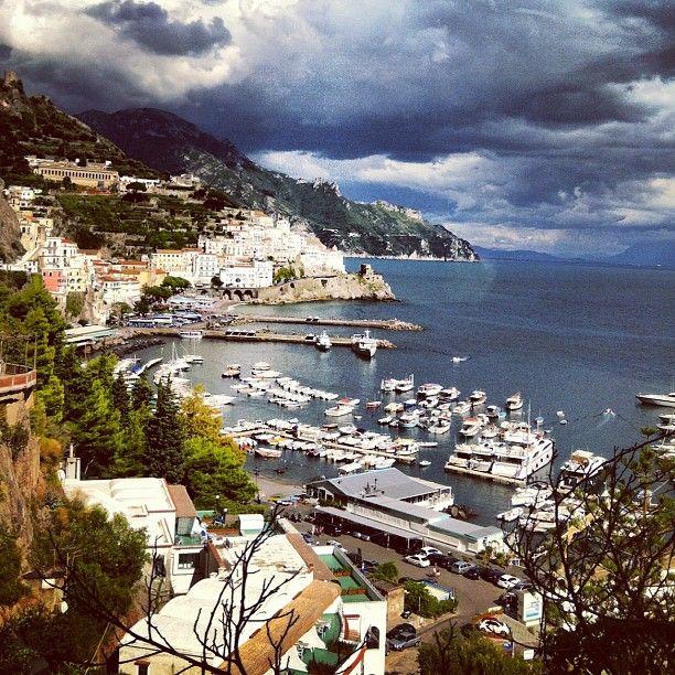 Amalfi es una comuna y archidiócesis de la región de Campania, situada a la orilla del Golfo de Salerno