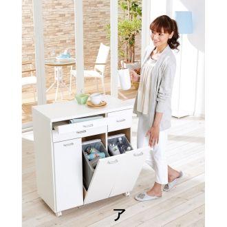 扉を開けると、内部ペールのふたが自動的に開くダストボックス。手を汚さずにサッとゴミ捨てできます。キッチンで大活躍の機能的なごみ箱です。天板はお手入れが簡単な素材を使用した3分別ゴミ箱です。
