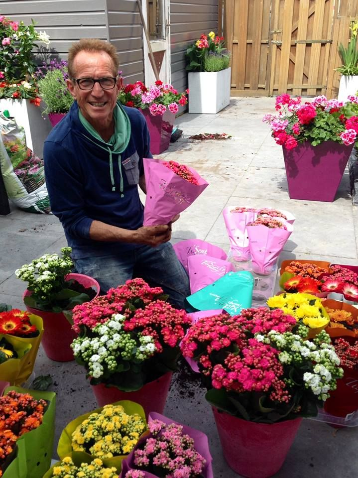 Rob met een fleurige collectie TiSento's in Robs Grote Tuinverbouwing