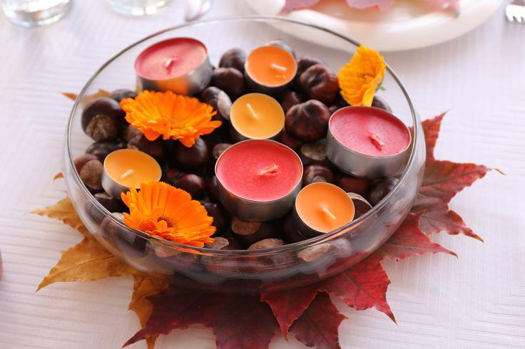 Осенняя свадьба. Украшение столов гостей. стеклянная ваза с каштанами, календулой и свечками