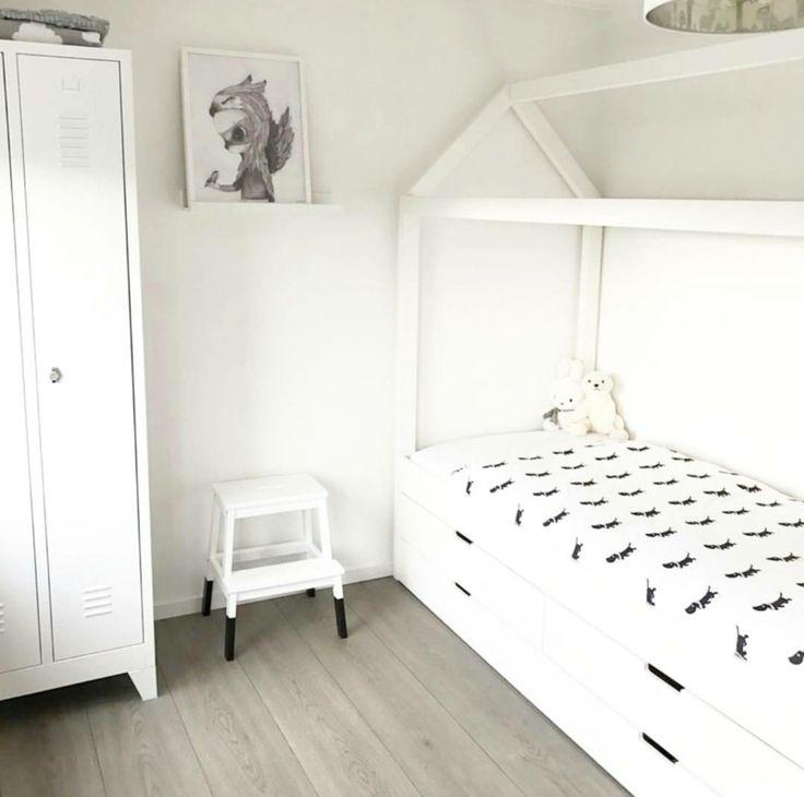 Bedhuisje - Alto cajón XL Handig bed voor een kamer waar extra opbergruimte nodig is! Dit bed wordt standaard geleverd inclusief 4 lades,lattenbodem en exclusief matras.  Verkrijgbaar in de volgende afmetingen:  - lengte: 200cm x breedte: 90cm x hoogte: 200cm  - lengte: 150cm x breedte: 70cm x hoogte: 180cm  In de onderste lade is een bedlade ook mogelijk voor een extra matras.