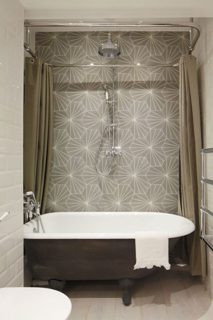 carrelage salle de bains à motifs et baignoire ancienne sur pieds