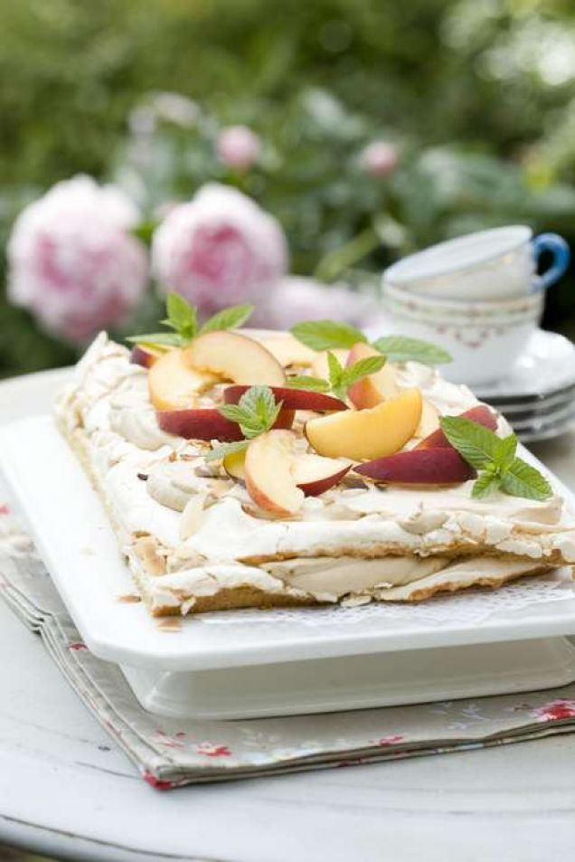 Härlig marängtårta med smak av kaffe och söta persikor.