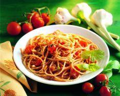 Spaghetti con pomodori, uvetta e pinoli -