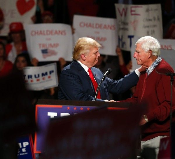 US Republican presidential candidate Donald Trump (L) speaks with former college basketball coach Bobby Knight during campaign rally at Macomb Community College on October 31, 2016 in  Warren, Michigan. / AFP / JEFF KOWALSKY