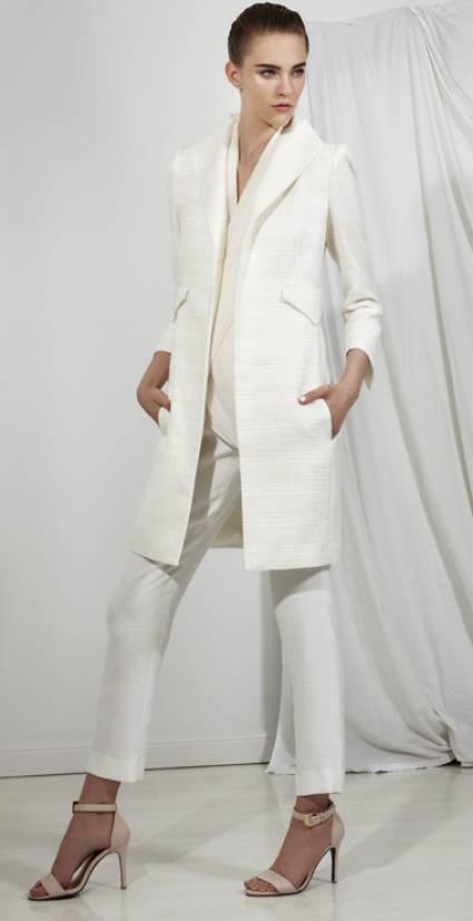 Traje sastre para novia en color blanco con pantalones cigarrillo y saco estructurado - Foto Carla Zampatti