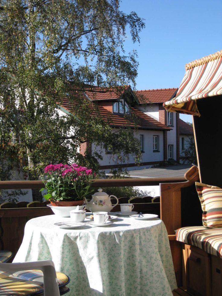 Auf dem Balkon kann man sich wunderbar vom Strandaufenthalt erholen. Die Ferienwohnung Graal Müritz Appartement liegt nahe am Strand der Ostsee im Herzen von Graal Müritz. #GraalMüritz #Graal #Mueritz #GraalMueritz #Ostsse #Strand #Ferienwohnung #FEWO #Hotel #Urlau