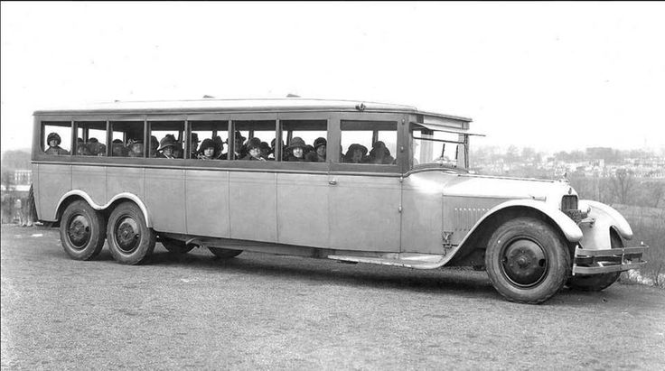Mario PompettiVéhicules Anciens / Vintage Vehicles (Canada) A Goodyear six-wheeled bus from the 1920s.