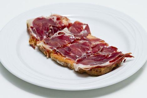 GUITARRA: pan tostado con tomate y ajo restregados, aceite de oliva VE y jamón ibérico