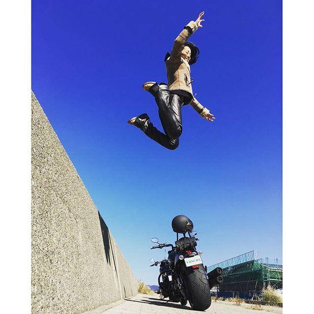 【mewmyu】さんのInstagramをピンしています。 《* 2016.10.15(土) * 着地した時の反発がなかなかどうして。 * #harleydavidson #ハーレーダビッドソン #nightrodspecial #ナイトロッドスペシャル #vrod #ガールズバイカー #バイク女子 #バイクライフ #ハーレー女子 #ツーリング #バイクのある風景 #バイク #バイクライフ #sea #海 #sky #空 #青空 #jump #ジャンプ #fly #空を飛ぶ *》