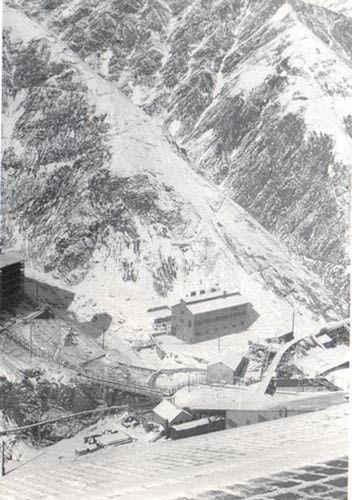 Sewell Tunnel. El campamento minero de Sewell se encontraba contiguo al yacimiento El Teniente, al cual se accedía por medio de un ferrocarril subterráneo, además de otros túneles de comunicación.