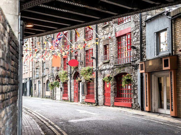 Dublin is de hoofdstad en de grootste stad van Ierland en wordt opgesplitst door de rivier de Liffey. Het heeft een karakteristieke uitstraling en wanneer je door de straten van deze geweldige stad loopt, lijkt het net alsof je weer even terug in de tijd bent.