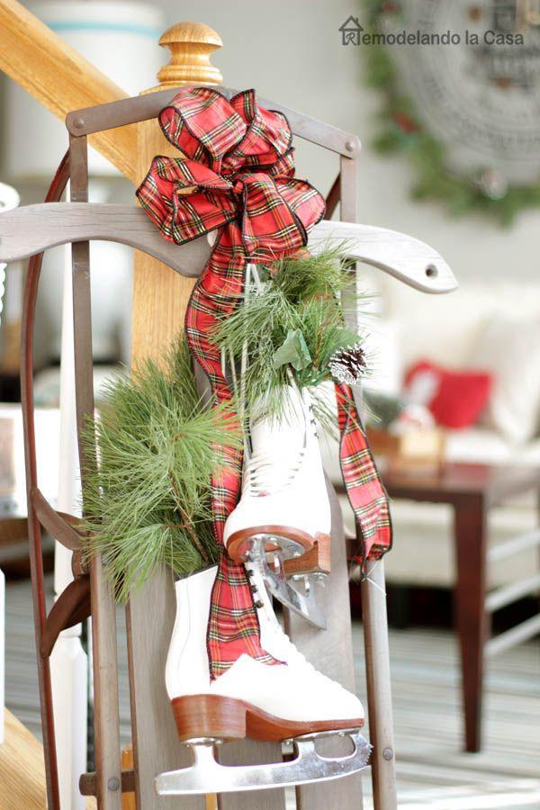 slitta d'epoca con il bianco pattini da ghiaccio decorato per Natale